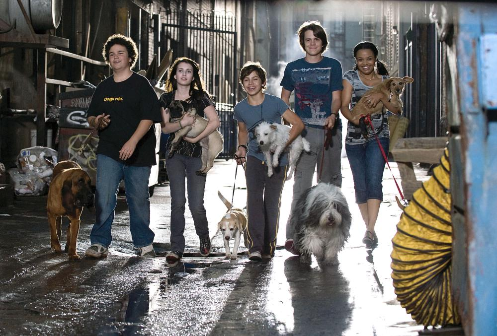 HOTEL FOR DOGS, humans, from left: Troy Gentile, Emma Roberts, Jake T. Austin, Johnny Simmons, Kyla Pratt, 2008. ©DreamWorks