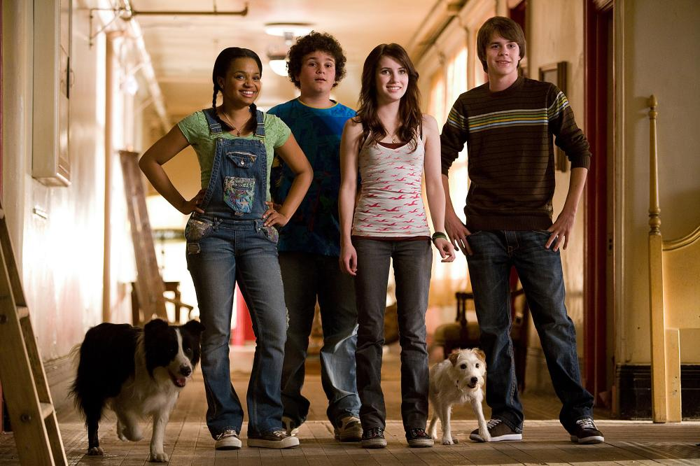 HOTEL FOR DOGS, humans, from left: Kyla Pratt, Troy Gentile, Emma Roberts, Johnny Simmons, dogs, from left: Shep the border collie, Friday the jack russell terrier, 2008. ©DreamWorks