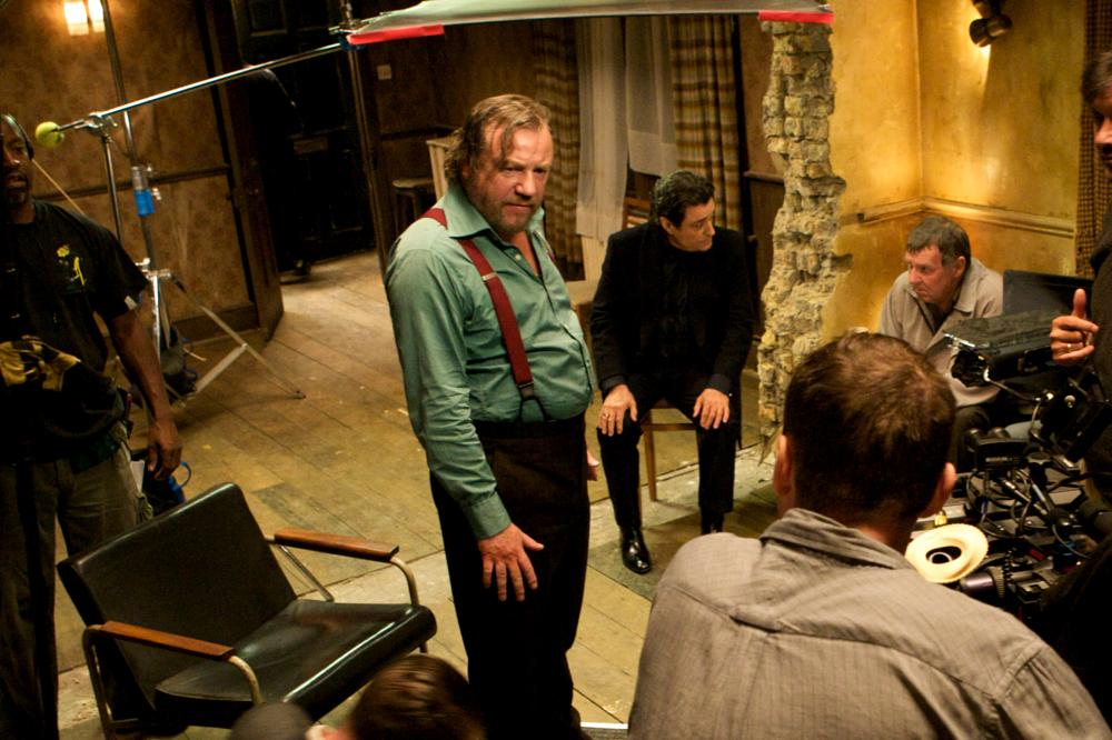 44 INCH CHEST, Ray Winstone (suspenders), Ian McShane (in black), Tom Wilkinson (back right), on set, 2009. ©Image Entertainment