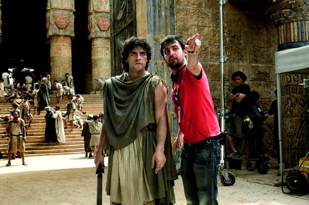 AGORA, from left: Oscar Isaac, director Alejandro Amenabar, on set, 2009. ph: Teresa Isasi/©Newmarket Films