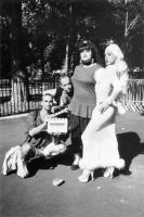 WIGSTOCK: THE MOVIE, from left: director Barry Shils, David Schweizer, Jackie Beat, Alexis Arquette, striking a pose, on location, New York City, 1995. ©Samuel Goldwyn Films
