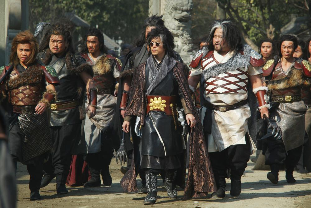 THE MAN WITH THE IRON FISTS, LE Cung (left), Byron Mann (with sunglasses), 2012. ph: Chan Kam Chuen/©Universal Pictures