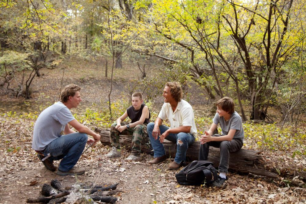 MUD, from left: director Jeff Nichols, Jacob Lofland, Matthew McConaughey, Tye Sheridan, on set, 2012. ph: Jim Bridges/©Roadside Attractions