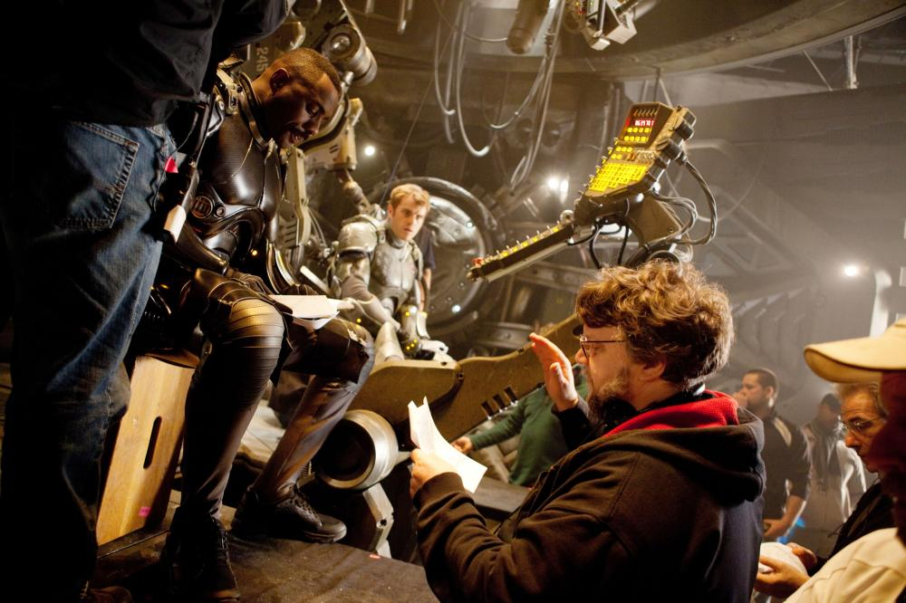 PACIFIC RIM, from left: Idris Elba, Rob Kazinsky, director Guillermo del Toro, on set, 2013. ph: Kerry Hayes/©Warner Bros. Pictures