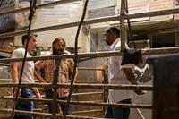 2 GUNS, (aka TWO GUNS), from left: Mark Wahlberg, director Baltasar Kormakur, Denzel Washington, on set, 2013. ph: Patti Perret/©Universal Pictures