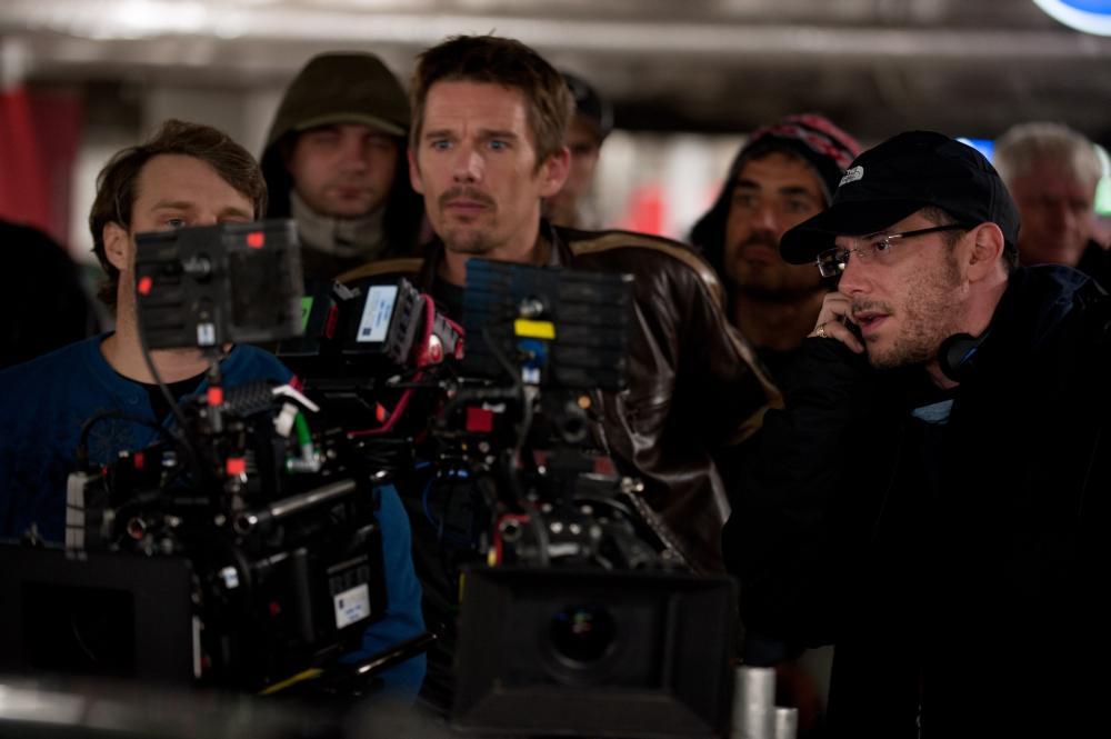 GETAWAY, Ethan Hawke (center), director Courtney Solomon (right), on set, 2013. ph: Simon Varsano/©Warner Bros. Pictures