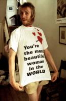NOTTING HILL, Rhys Ifans, 1999, posing in the T-shirt