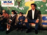 KINDERGARTEN COP, Arnold Schwarzenegger (right), 1990, sitting with the children
