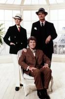 VICTOR/VICTORIA, Julie Andrews, James Garner, Robert Preston (sitting), 1982
