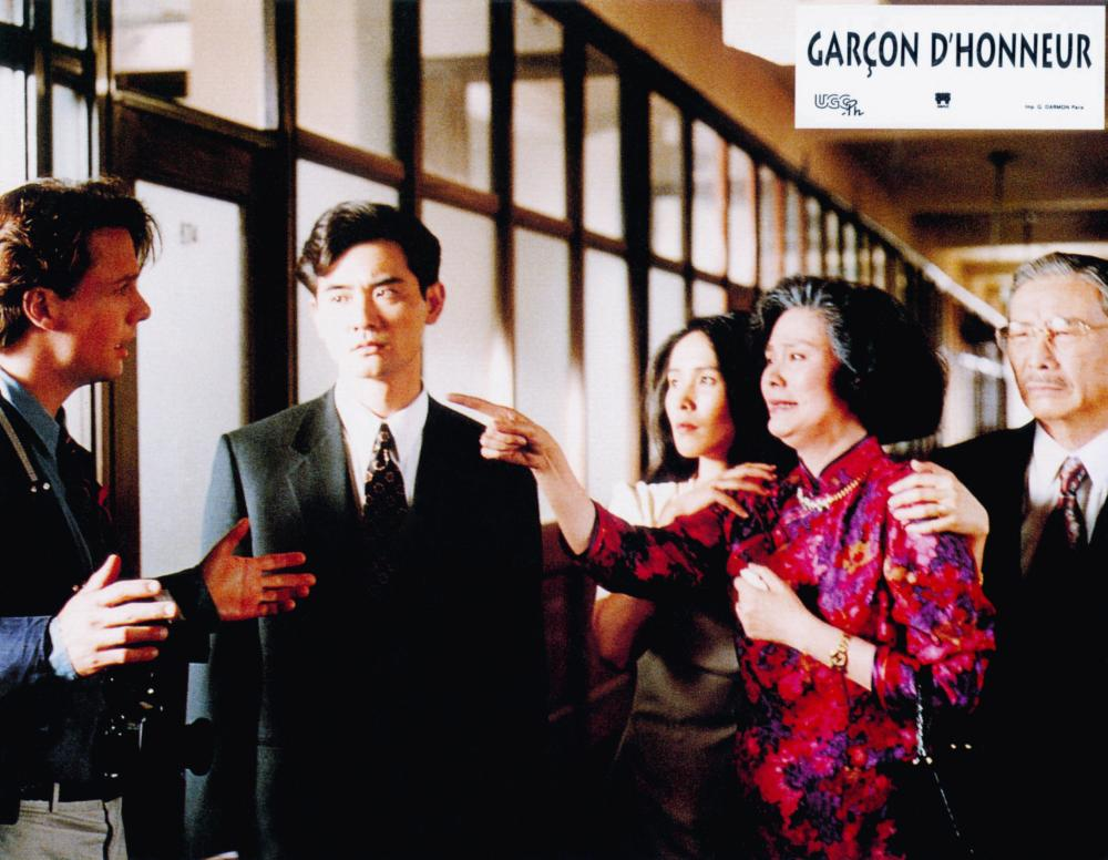 THE WEDDING BANQUET, (aka XI YAN, aka GARCON D'HONNEUR), from left: Mitchell Lichtenstein, Winston Chao, May Chin, Ah Lei Gua (pointing), Sihung Lung, 1993, © Samuel Goldwyn