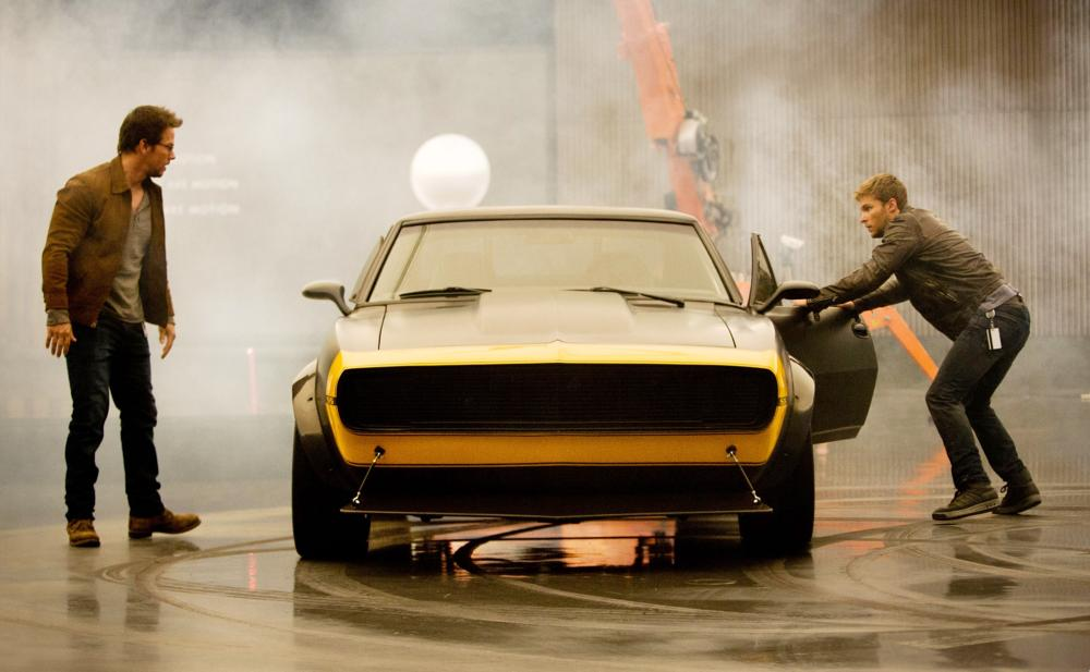 TRANSFORMERS: AGE OF EXTINCTION, from left: Mark Wahlberg, Jack Reynor, with 1967 Camaro SS, 2014. ph: Andrew Cooper/©Paramount Pictures