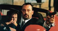 UN AMOUR DE SORCIERE, (aka WHICH WAY LOVE), Jean Reno (with gun), 1997, © UGC