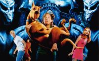 SCOOBY-DOO, Freddie Prinze Jr. (white short), Linda Cardelini (turtleneck), Scooby-doo (dog), Matthew Lillard (holding dog), Sarah Michelle Gellar, 2002, © Warner Brothers