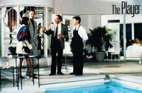 THE PLAYER, from left: Cynthia Stevenson, Tim Robbins, Sydney Pollack (holding glass), 1992, © Fine Line Features