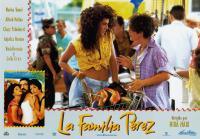 THE PEREZ FAMILY, (aka LA FAMILIA PEREZ), bottom left from left: Marisa tomei, Alfred Molina, Anjelica Huston, center front from left: Marisa Tomei, Jose Felipe Padron, 1995, © Samuel Goldwyn