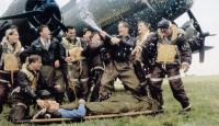 MEMPHIS BELLE, Eric Stoltz (on stretcher), Billy Zane (mustache), Matthew Modine (with bottle), 1990, © Warner Brothers