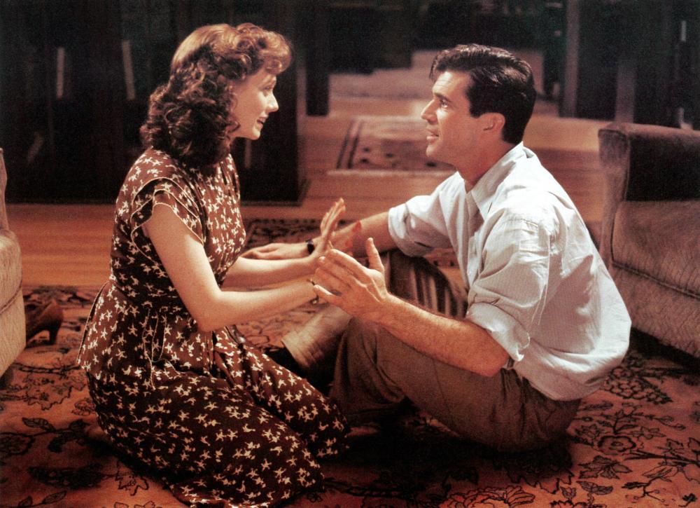 FOREVER YOUNG, from left: Isabel Glasser, Mel Gibson, 1992. ©Warner Brothers