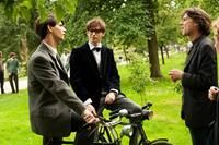 THE THEORY OF EVERYTHING, from left: Harry Lloyd, Eddie Redmayne as Stephen Hawking, director James Marsh, on set, 2014. ph: Liam Daniel/©Focus Features