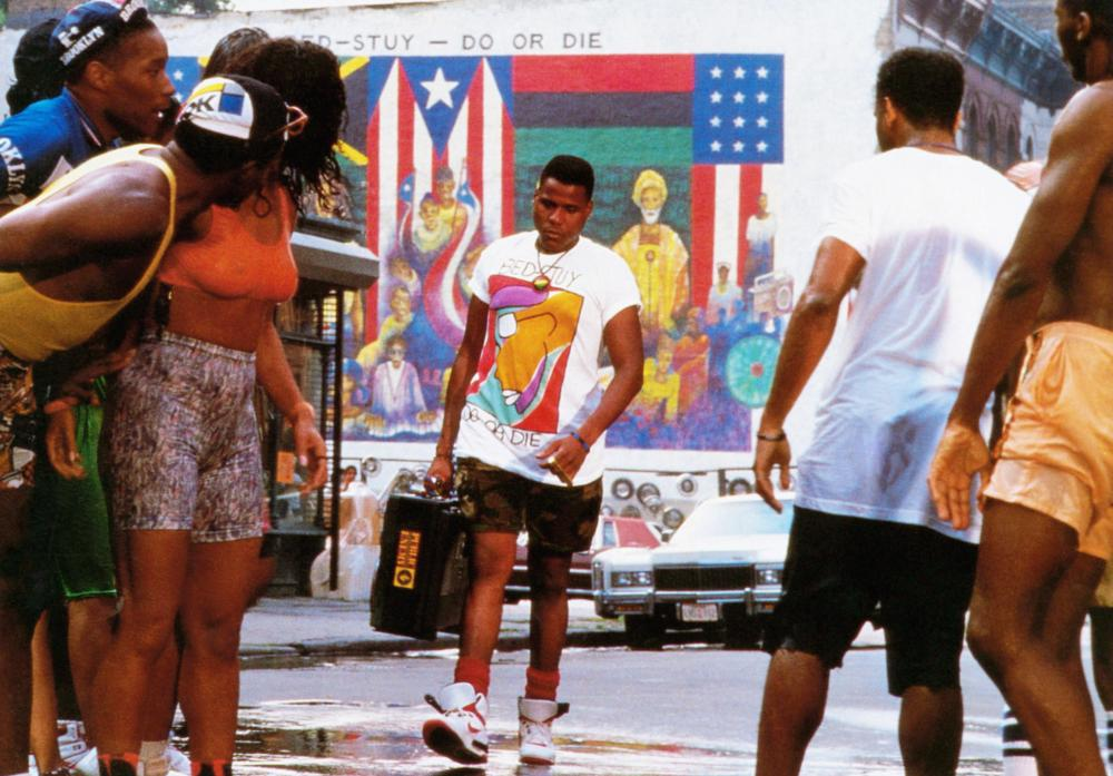 DO THE RIGHT THING, Bill Nunn (carrying radio), 1989, © Universal