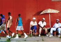 DO THE RIGHT THING, Frankie Faison (seated center), Robin Harris (seated right), 1989, © Universal