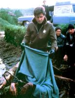 DEAD & BURIED, James Farentino (holding blanket), Jack Albertson (at car), 1981, (c) Avco Embassy